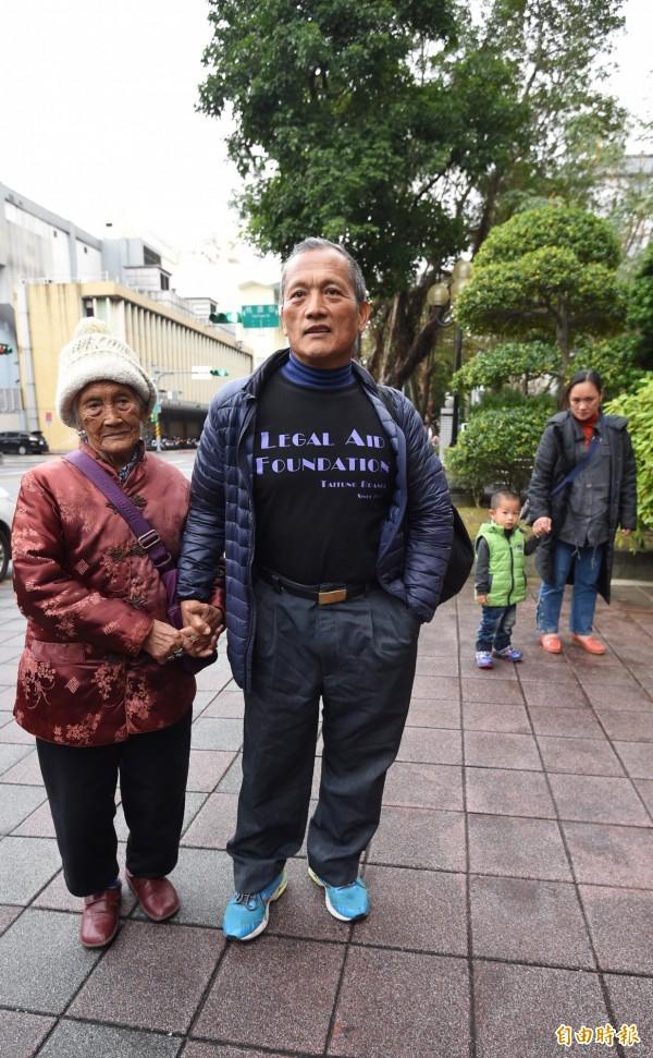 最高法院9日首度網路直播開庭審理布農族獵人王光祿非常上訴案,住在台東的王光祿(左二)與高齡95歲的母親(左一)等家人一同北上最高法院出庭。(記者劉信德攝)