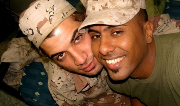伊拉克士兵阿拉米(左)與美國翻譯官賀比得在美伊戰爭中相遇、相戀,情纏12年終於開花結果。(圖擷取自《BBC》)
