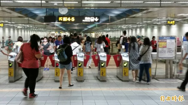 從明天開始,大台北地區民眾搭乘捷運及公車,刷卡時除了悠遊卡、一卡通與有錢卡之外,刷愛金卡(icash2.0)也可以囉!(資料照,記者陳慰慈攝)