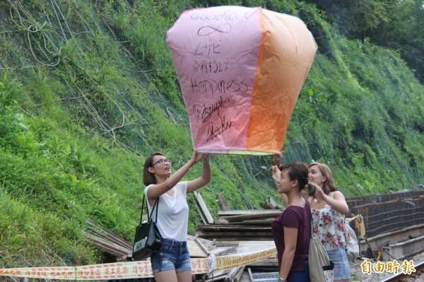 放天燈除了是元宵節年度盛事,也是國外遊客造訪平溪必定體驗的行程。(記者林欣漢攝)