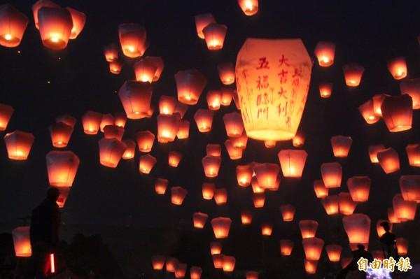 到平溪放天燈,是元宵節年度盛事。(資料照,記者林欣漢攝)
