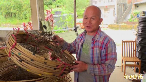 「天燈國寶」胡民樹表示,天燈可重複回收使用,降低污染。(記者林欣漢攝)