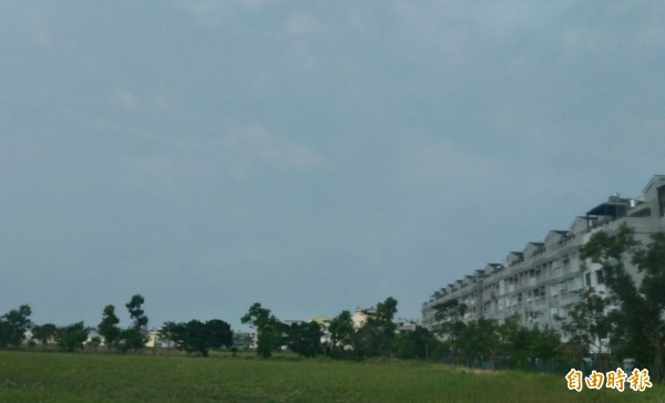 今天上午台南的天空藍天不再,天空朦朦朧朧的。(記者蔡文居攝)