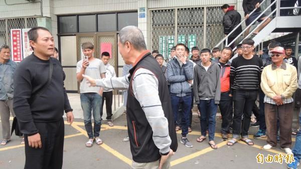 網友齊聚分局前關心,警方安撫說明。(記者羅欣貞攝)