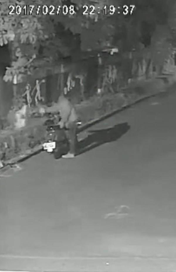 王嫌作案後丟棄行凶物品也被監視器拍下。(記者羅欣貞翻攝)
