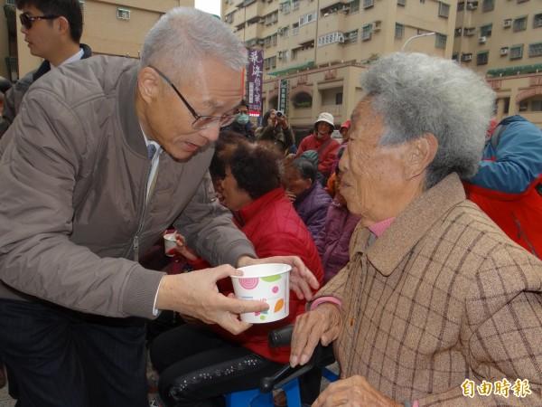 前副總統吳敦義送上熱湯圓,祝到場民眾元宵節快樂。(記者王俊忠攝)
