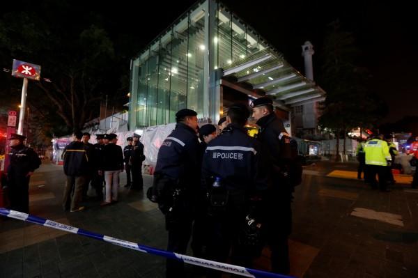 香港地鐵今(10日)晚間7點驚傳縱火案,造成17人輕重傷,警方已逮捕一名60歲張姓男子,不排除他有精神異常的狀況,初步排除恐攻的可能。(路透)