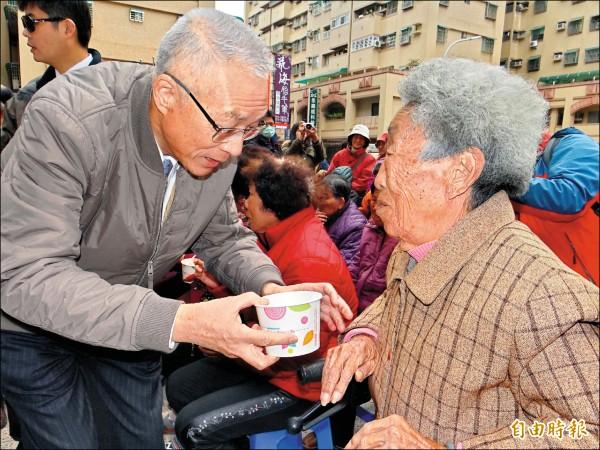 前副總統吳敦義昨走訪眷村,請鄉親吃熱湯圓。(記者王俊忠攝)