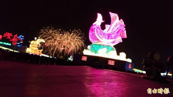 台灣燈會要點燈囉,遊客要趕快進園囉!(記者廖淑玲攝)