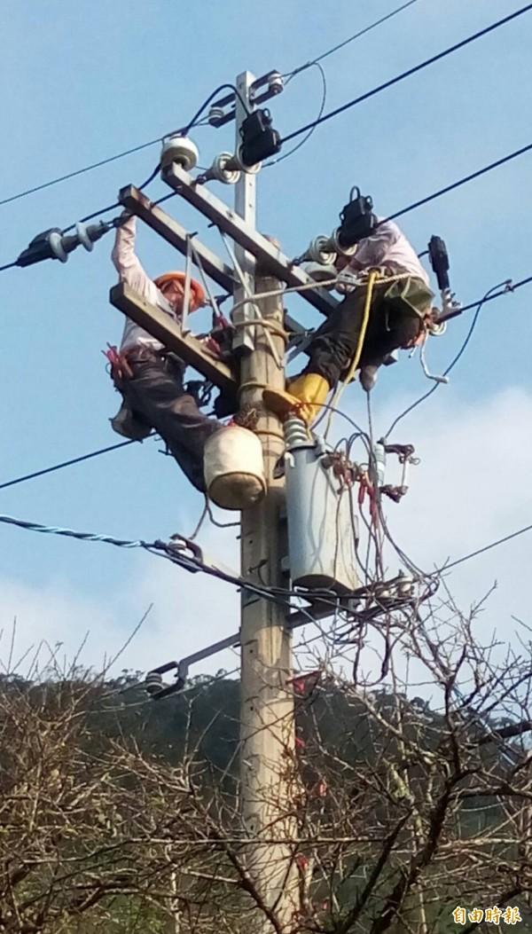 地震造成高市888戶停電,台電搶修中。(記者陳文嬋攝)