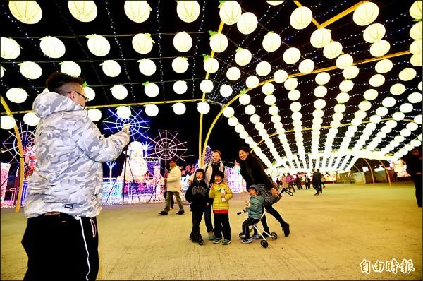 雲林臺灣燈會,民眾於彩排日,搶著前來賞燈合照。(記者廖耀東攝)