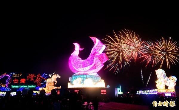 臺灣燈會在雲林,虎尾主燈「鳳凰來儀」昨在燈光及煙火陪襯下,更顯氣勢磅礡!(記者廖耀東攝)