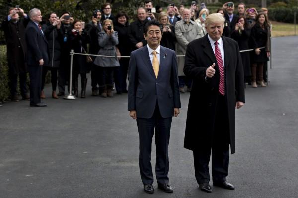 美國總統川普與日本首相安倍今天發表共同聲明,強調美日不可動搖的同盟關係是亞太和平、繁榮和自由的基石。(彭博)