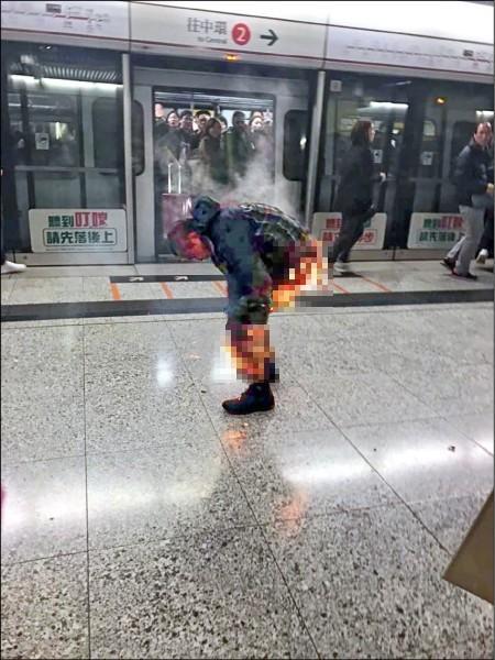 疑似縱火的張姓男子全身嚴重燒傷,已被拘捕。(取自臉書「香港突發事故報料區」)