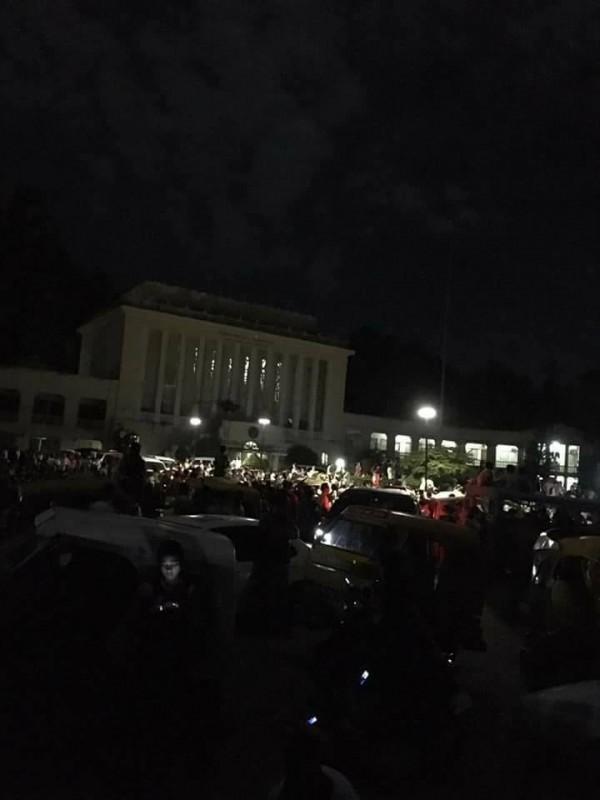 菲律賓時間昨天晚上10時許,南部蘇瑞高市發生規模6.7強震,民眾倉皇逃生。(圖取自ABS-CBN)