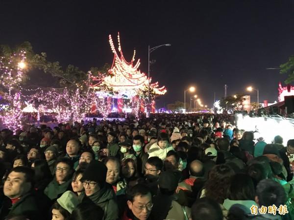 台灣燈會第一天,兩個燈區的人潮高達190萬人次。(記者詹士弘攝)