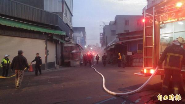 苗栗市南苗市場商圈巷弄狹小、攤商林立,消防車無法進入,只能拉水線灌救。(記者彭健禮攝)