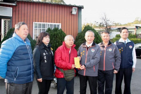 縣長徐耀昌(右三)慰問火警亡者家屬,表達希望推動都更計畫。(圖由縣府提供)