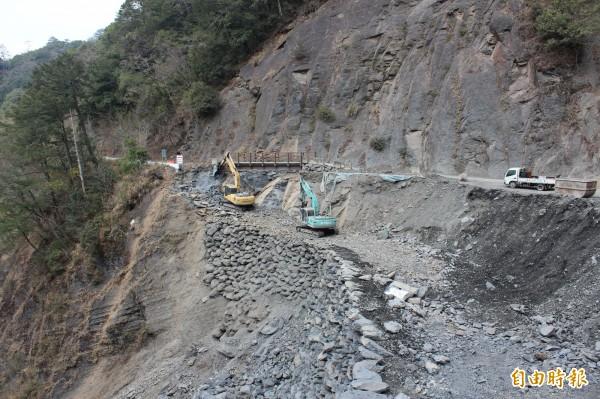 新竹縣尖石鄉司馬庫斯產業道路15公里處將新建橋梁改道,避開圖右的易崩塌路段。(記者黃美珠攝)