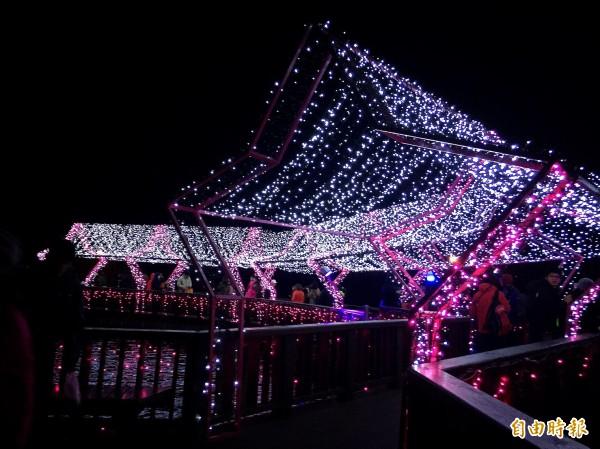 桃園燈會3天湧入30萬人次,迎接西洋情人節這區最夯。(記者李容萍攝)