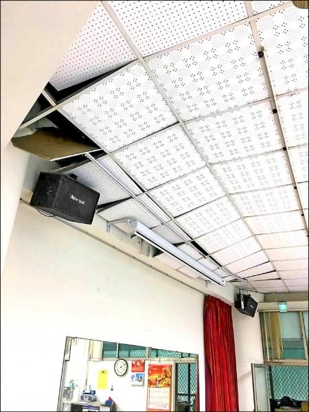 南市南區一處里活動中心天花板在地震後掉落。(記者王俊忠翻攝)