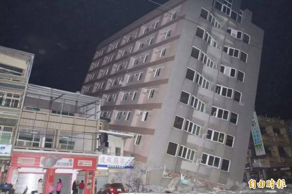 元宵凌晨地震後,網路流傳不實的大樓倒塌照片,南市警方前天查獲散布照片的兩嫌,今日再找到散布照片的源頭謝姓男子與兩嫌,總計5人訊後依刑法恐嚇公眾罪送辦。(記者吳俊鋒翻攝)