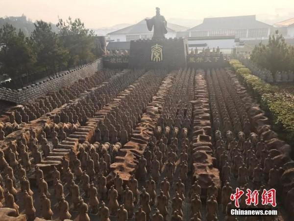 中國安徽省一文博園出現上千個兵馬俑,引發侵權爭議。(圖取自《中新網》)