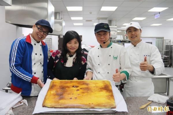 弘光科大請金牌甜點老師陳德勝(右二)教高中職老師製作甜點。(記者張軒哲攝)