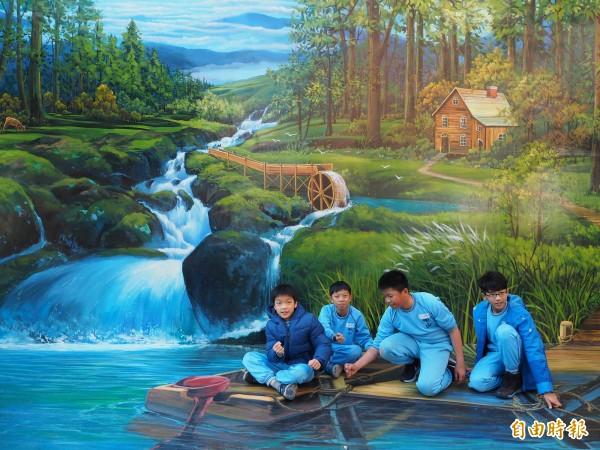 學生劉軒丞(左起)、周世庭、蘇柏諶、莫翔安模擬划船和在岸邊拉繩的模樣。(記者陳昀攝)