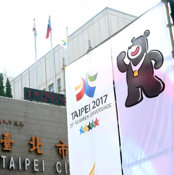 台北市議員簡舒培發現,只要上「政府電子採購網」搜尋決標公告,三人代言費一覽無遺。(記者方賓照攝)