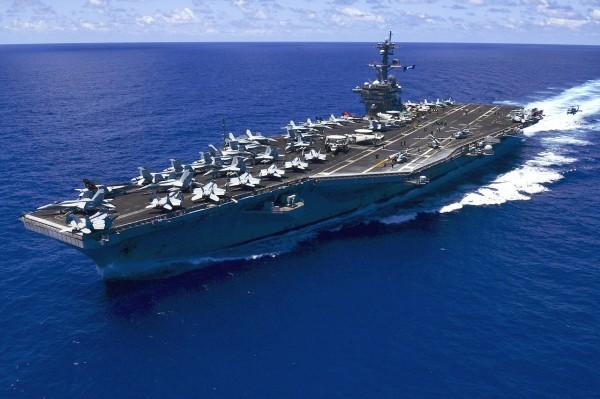 有外媒報導指出,傳出美國海軍將派卡爾文森號航母戰鬥群前往南海執行軍事任務,更可能讓軍艦駛入中國人工島礁的領海範圍。(圖截自維基百科)