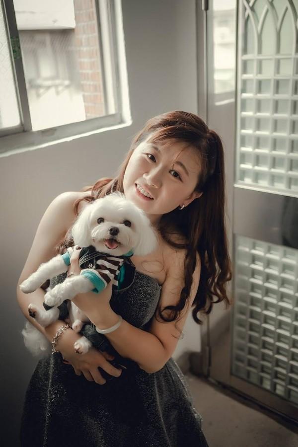 張欣茹與愛犬合影。(翻攝張欣茹臉書)