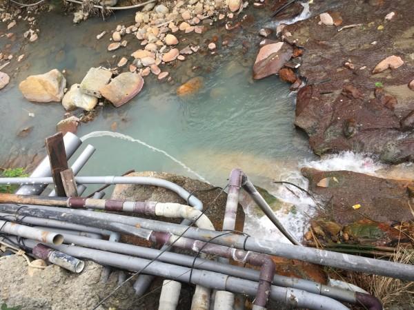 台北市行義路周邊磺溪遭污廢水污染。(圖由衛生下水道工程處)