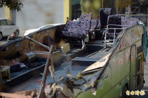 國道五號13日發生重大車禍,造成33人死亡、11人輕重傷,遊覽車完整殘骸14日曝光,車頂遭削斷、前半部分乘客座椅遭連根拔起,車內只剩後座變形之座椅。(記者黃耀徵攝)