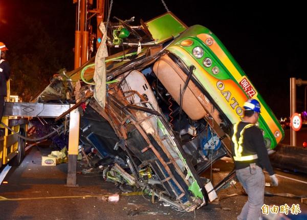 國道遊覽車翻覆造成33死。(記者羅沛德攝)