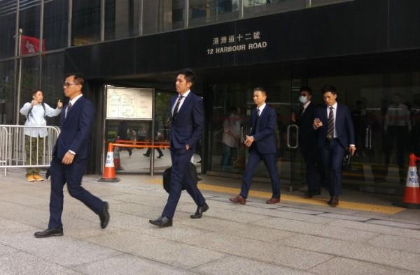 香港7名警察於2014年佔領中環公民運動期間毆打民眾,這7名警察今日被法官判決「襲擊致造成身體傷害」罪名成立。(圖擷自《香港01》)