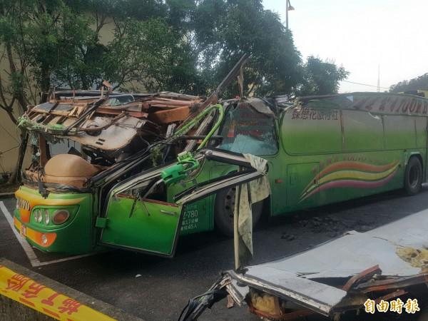 遊覽車翻覆33死,罹難司機班表曝光,他從2月1日至13日之中只有在10日休息1天,其他日子都有上班。(記者陳薏云攝)