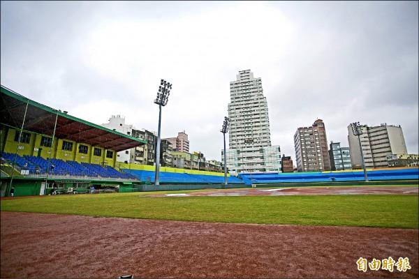 使用超過40年的新竹棒球場,將投入5億元進行大規模拆除、重建。(記者洪美秀攝)