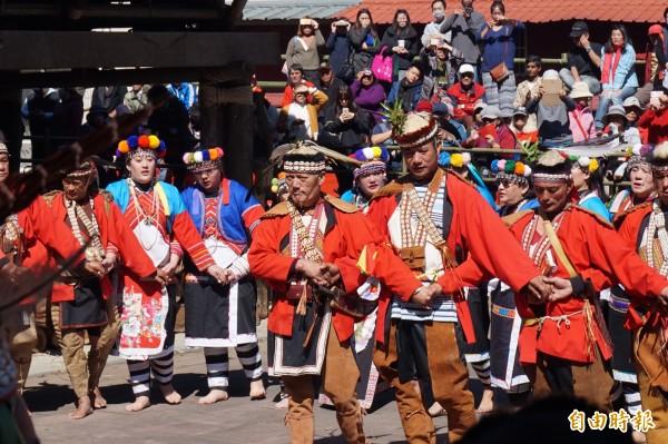 嘉縣阿里山鄒族達邦社,今天在庫巴廣場舉行「Mayasvi」(瑪雅斯比)戰祭,由頭目汪俊松(中)擔任主祭。(記者曾迺強攝)