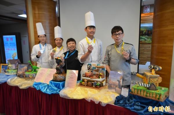 同德家商5師生的杏仁糕作品,拿下3金2銀。(記者陳鳳麗攝)