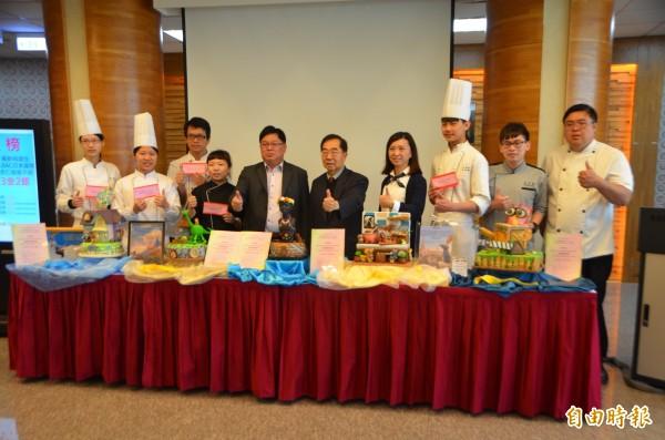 同德家商5師生在國際賽獲獎,董事長謝招宏(右5)頒發獎金。(記者陳鳳麗攝)