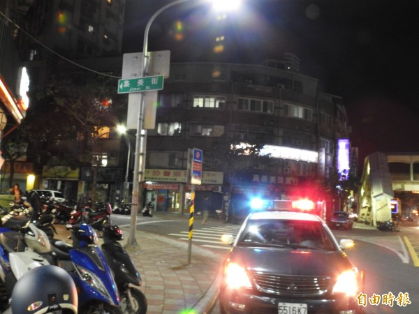 新北市三重驚傳男子在街頭遭圍毆,警方到場時滋事群眾已鳥獸散。(記者王宣晴攝)