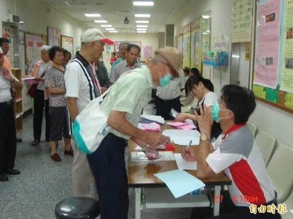 台北市衛生局今宣布,北市免費老人健檢活動,3月1日上午7點開放網路取號及醫院現場登記,今年老人健檢將加碼至4萬375人,只要設籍北市、年滿65歲長者都可登記。(資料照,記者黃美珠攝)