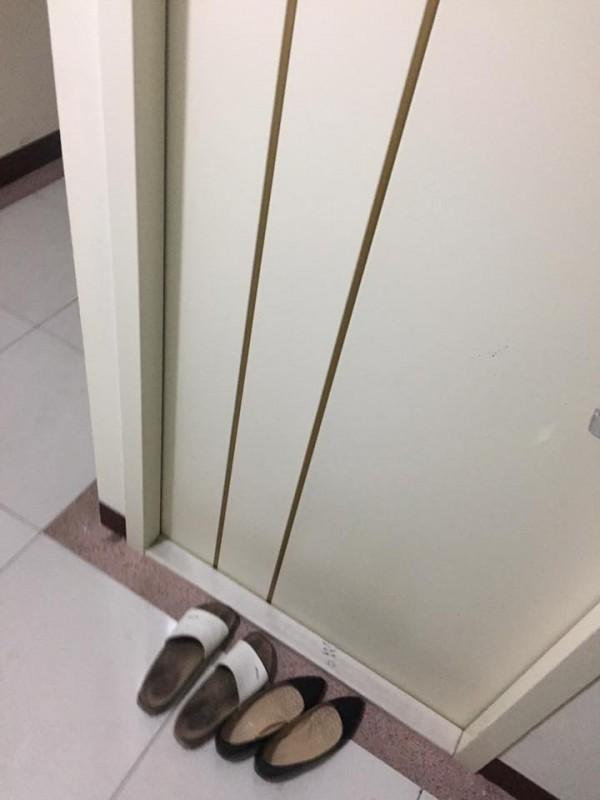 網友PO出室友情侶的鞋子。(圖取自報廢公社臉書)