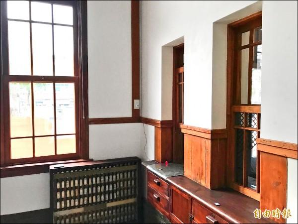 山佳車站站體分為候車室、辦公室等空間。 (記者張安蕎攝)
