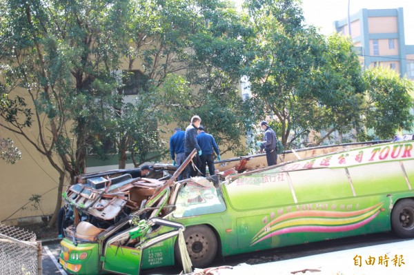 出事的遊覽車,上半部分被削去。(資料照,記者吳政峰攝)