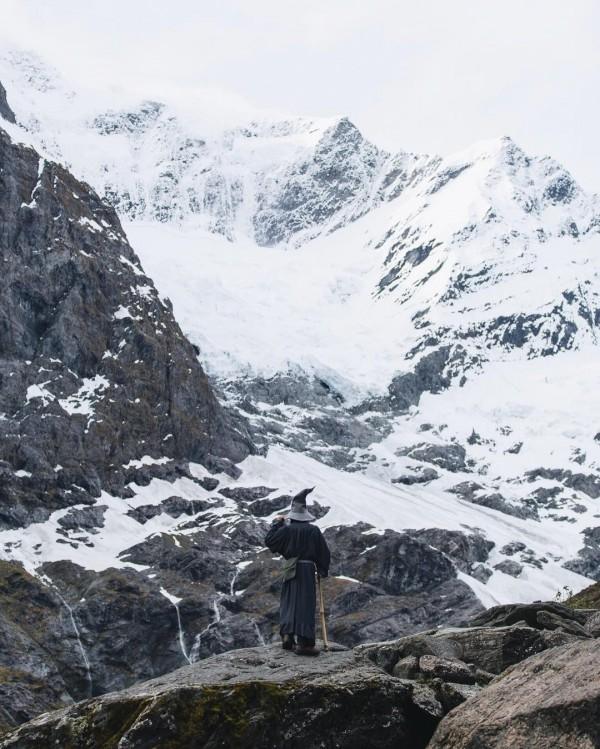 印度有名攝影師想捕捉紐西蘭的美麗景致,卻又希望拍出的照片能與眾不同,他便在四處拍照時尋找當地人或旅客喬裝成賣座鉅片「魔戒」中的角色甘道夫。(圖擷自akhilsuhas IG)