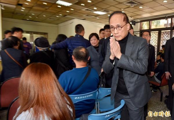 行政院長林全15日赴第二殯儀館,向國道車禍罹難者上香,隨後向家屬致哀。(資料照,記者羅沛德攝)