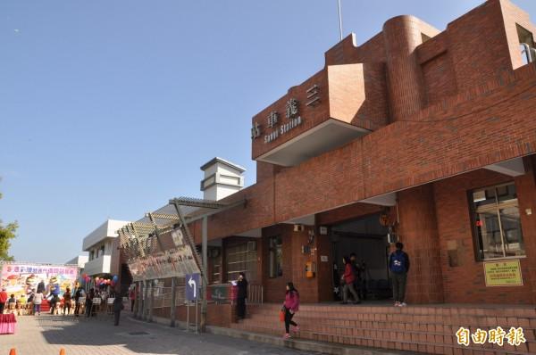 苗縣推動「無煙囪工業」,再增設三義火車站等5處「借問站」。(記者彭健禮攝)