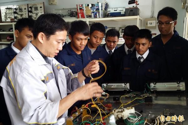 技職教育拚升學思維逐漸被就業主義取代,圖為技職學校進行專業訓練。(本報資料照)